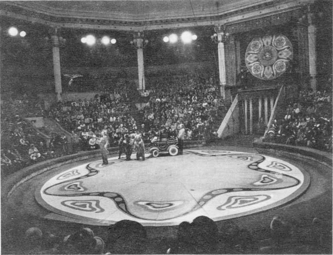 Интерьер Московского цирка. На арене - медведи B. Филатова. 1976 год