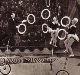 Жонглеры на высоких моноциклах Польди