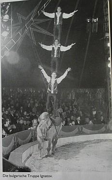 Болгарские жокеи Игнатовы, колонна на лошадях из трёх человек